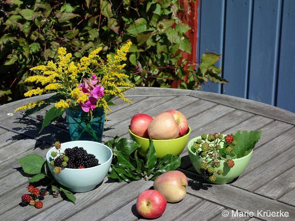 Obst auf dem Gartentisch