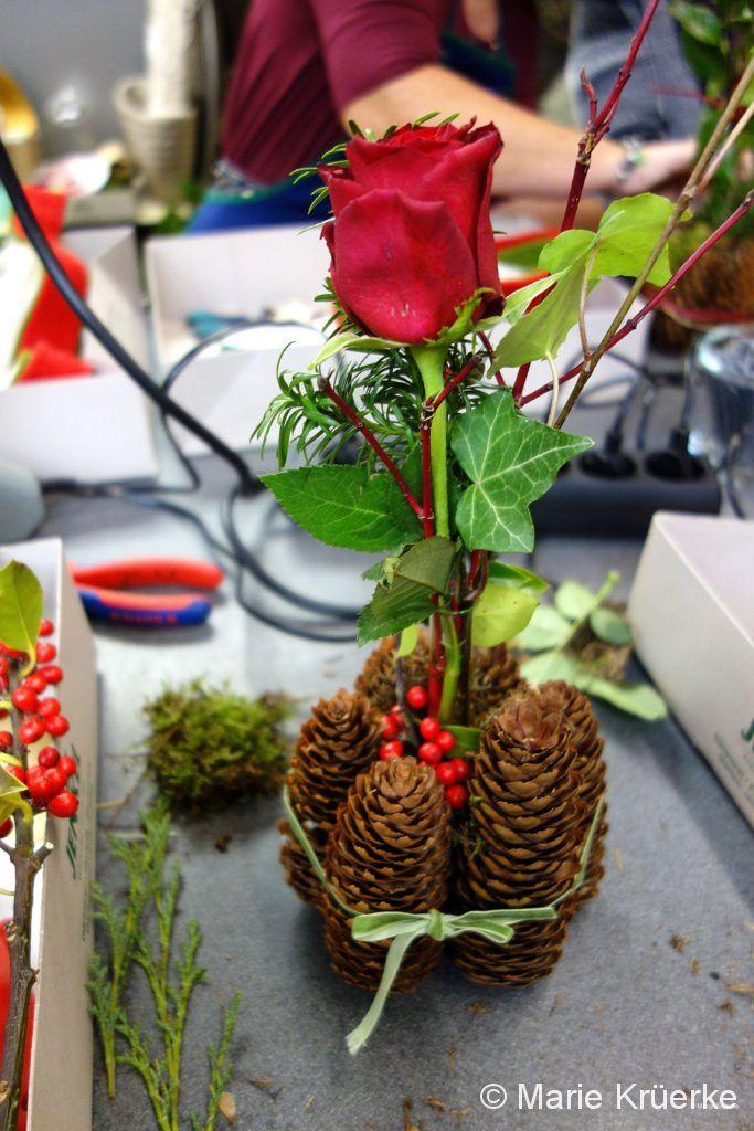 Gesteck Zapfen und Rose